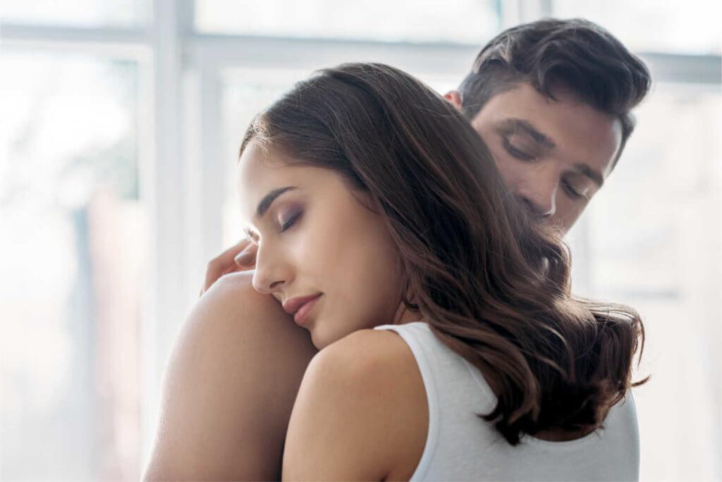 Frau und Mann Umarmung